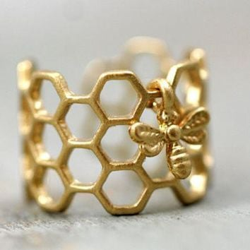 VONE05TE OPAL FERRIE - 2017 HONEY HIVE Hexagon Open Bee Ring