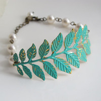 Verdigris Patina Brass Leaf Bracelet. Leaves Branch, White Pearls Bracelet. Shabby Chic Woodland Country Wedding, Bridal Bridesmaid Gift