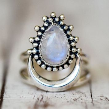 2018 New Fashion Vintage Antique Silver White Opals Water Drop Moon Ring For Girls Women Retro Bohemia Punk Ring Jewelry R557