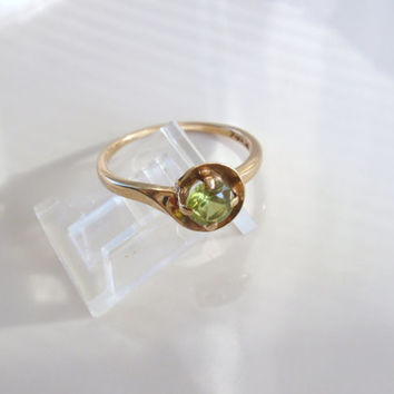 Retro Peridot Solitaire 10k Ladies Ring round green solitaire August birthstone size 8