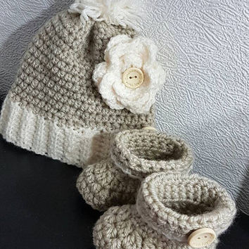 Winter wonderland 6-12 months Super cute wooly hat and boots... great winter set for you little one in the cold weather