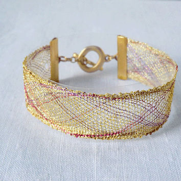 bracelet, handmade bobbin lace out of yarn, gold and red, gold coated fastener, klöppeln, dentelle, kant, lace, handmade, inana no1048