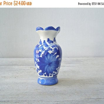 White Blue Ceramic Bud Vase, Vintage Small Floral Table Vase Mid Century Collectible Delph Style Table Decoration Retro Pencil Holder Spring