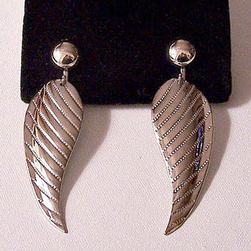 Leaf Pinpoint Striped Clip On Earrings Silver Tone Vintage Polished Reflective Curved Round Domed Top Bead Long Dangles