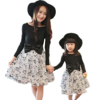 2016 Autumn Matching Mother Daughter Clothes Mom And Daughter Dress Printed Bow Princess Long Sleeve Dress Girls Family Clothing