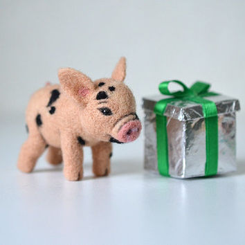 Needle felted little pig. Tiny cute piglet. Sweet piggy. Miniature animal. Small nice toy. Funny gift.