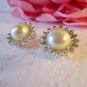 Flower Shaped Pearl/Rhinestone Vintage clip Earrings Wedding Flower Pearl/Rhinestone Vintage  ClipEarrings  timelesspeony