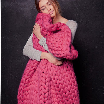 Wool Knit Chunky blanket Gift for her Knitted Throw Chunky Knit blanket Giant Knit Throw Extreme Knitting Mother's Day Gift Dark Pink