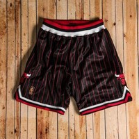 PEAPGE2 Beauty Ticks Mitchell & Ness - 1996-97 Authentic Shorts Chicago Bulls Black/red/white