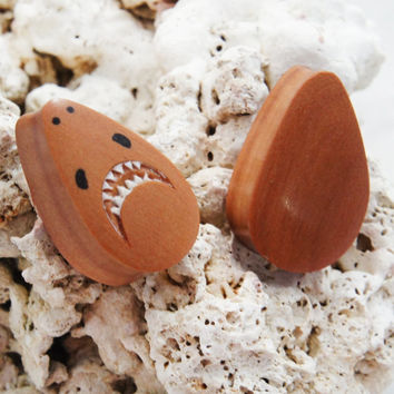 "Pair Sawo Wood Teardrop Shark Plugs 10mm (00G) 12mm (1/2"") 14mm (9/16"") 16mm (5/8"") 18mm (11/16"") 20mm (13/16"" 22mm (7/8"") 25mm (1"")"