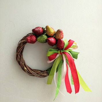 Small strawberry wreath, summer door wreath of small strawberries, polyester, red and green strawberries on wicker wreath with ribbons