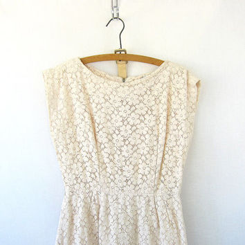 Vintage off white day dress. cut out floral dress. Mad Men dress with flowers. sleeveless wiggle dress. wedding dress
