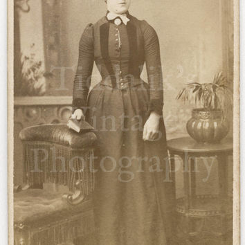 Victorian Young Pretty Woman Standing Portrait CDV Carte de Visite Photo by Searle Bros. of London England