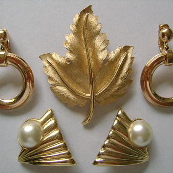 CROWN TRIFARI Lot 2 Piece Vintage Brushed & High Shine Goldtone Canadian Maple Leaf Pin/Brooch and 1 Pair Knocker Earrings 1 BONUS Earrings