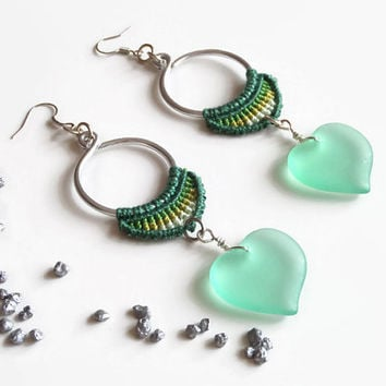 green and silver macrame earrings with glass heart, statement earrings, fashion jewelry, nickelfree macrame dangle earrings with green heart