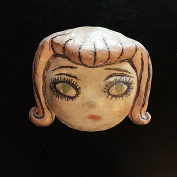 "Creepy Girl Brooch ""Victoria"""