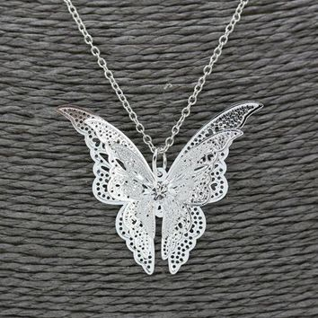 ONETOW Silver-plated hollow butterfly necklace with chain-mounted diamond wings