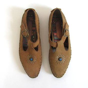 vintage beige leahter moccasin sandals. t strap sandals. womens leather shoes with turquoise bead