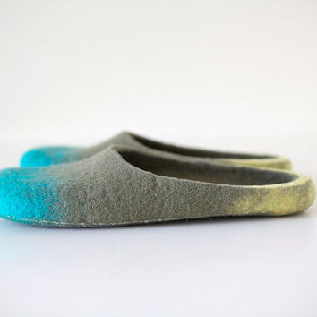 Ready to ship slippers In the middle of the green in men's size Us 9 / Eu 42 or women's size Us 9,5 / EU 41