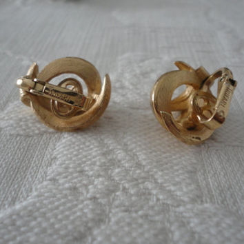 Trifari Gold Tone Textured Swirl Clip On Ladies Vintage Earrings