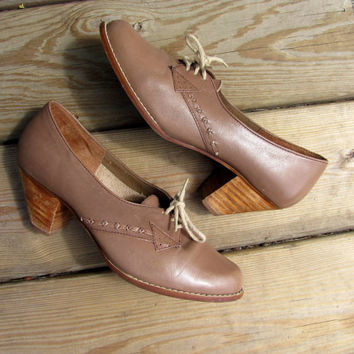 STOREWIDE SALE. vintage 70s taupe leather lace up shoes // wooden heel shoes // women's size 8.5