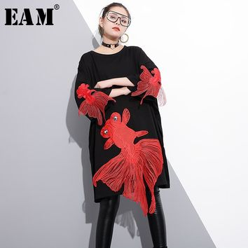 [EAM] 2018 new spring round neck long sleeve red fish embroidery split joint loose big size dress women fashion tide JE47501