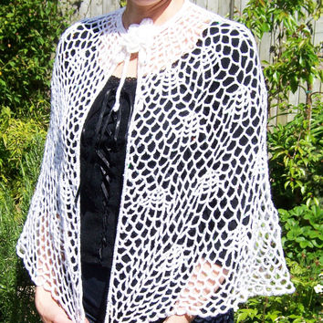 Bridal Crochet Capelet, Lace Capelet with Brooch, White Shawl, Braidmade Gift, Shoulder Wrapp, Handcrocheted Capelet