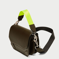 CROSSBODY BAG WITH CONTRASTING STRAP DETAILS