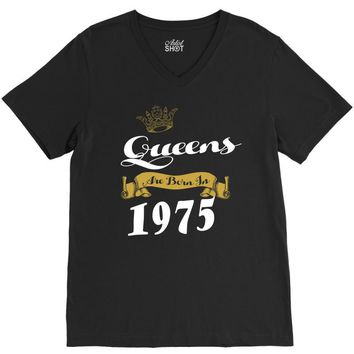 queens are born in 1975 V-Neck Tee