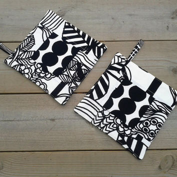 Modern pot holders made from Marimekko fabric, patchwork hot pads, quilted trivet potholders, Scandinavian kitchen decor, black and white