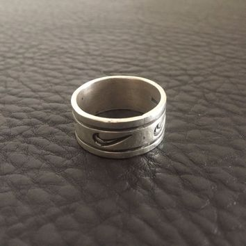 VINTAGE 1980'S RARE STERLING SILVER NIKE SWOOSH ENGRAVED MENS SPORT RING SZ.10.5