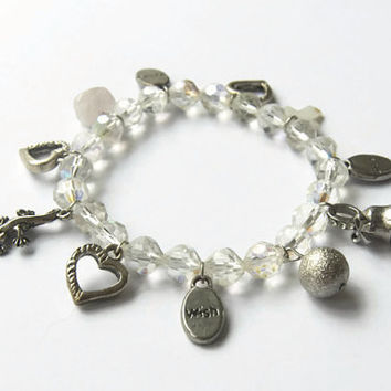 Eco friendly elastic charm bracelet - Glass beads and metal charms - Repurposed beads - Rose quartz and hearts - Lizard charm