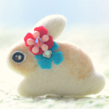 Felt rabbit brooch, handmade needle felt bunny pin, beige rabbit red flower, wool animal brooch , children jewelry, gift under 20