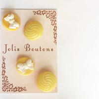 4 buttons vintage yellow antic button