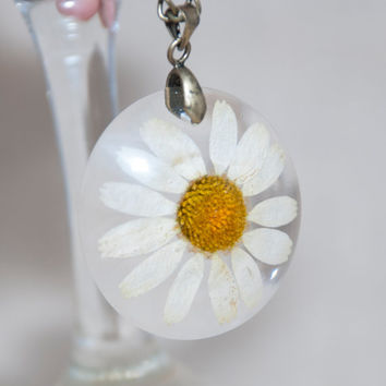 Chamomile pendant. Transparent resin, immersed real flower. Beautiful pendant with dried chamomile flower.