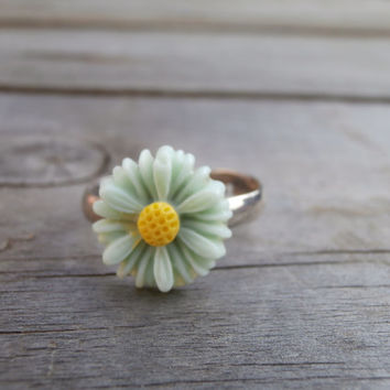 Pastel green daisy adjustable ring - daisies flower - flower rings - handmade jewellery - resin - dorothy days vintage and handmade
