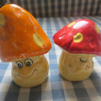Adorable Smiling Mushroom Salt and Pepper Shakers Japan Red and Orange with Dots