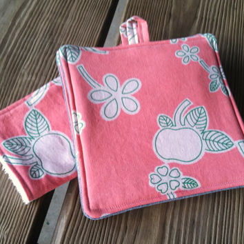 Set of 2 Homemade Pot Holders with Coordinating 2 Dish Rags / Vintage Fabric Kitchen Set / Coral Fruit Theme Kitchen