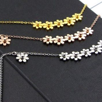 ac NOVQ2A Diasy Fashion and simple 6 small chrysanthemum titanium steel necklace female temperament 18K rose gold collarbone chain ornaments do not fade.