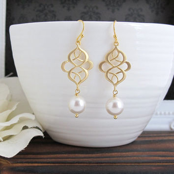 Modern Swirls Chandelier Drop Dangle Earrings. Matte Gold and Pearls Earrings. Modern Everyday. Bridesmaids Gift, Bridal Wedding Jewelry.