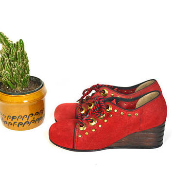1960s red suede oxford platforms // vintage leather lace up shoes // gold toned embellishment // wooden heal MANDARINS