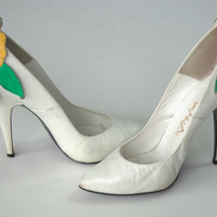 1980's white leather heels with red and yellow flower appliques, 80's pumps, Antenna  foot wear, Size 6