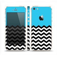 The Solid Blue with Black & White Chevron Pattern Skin Set for the Apple iPhone 5s