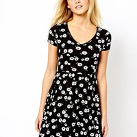 New Look Mono Daisy Print T-Shirt dress