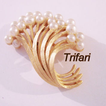 Retro Crown Trifari Floral Brooch Pin / Simulated Pearl / Textured Goldtone / Designer Signed / Vintage Jewelry / Jewellery