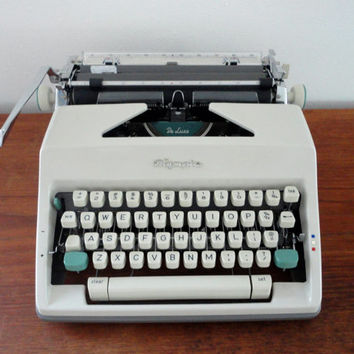 Olympia DeLuxe SM9 Typewriter Works Great Looks Great