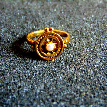 Beautiful 18k solid gold and pearl ring-Yellow gold vintage ring-Sttatement gold ring for women-White pearl and gold ring-Artisan jewelry