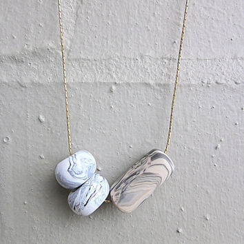 NL-108 White and Grey Donut Shaped and Beige and Grey Tube Shaped Marble Vein Polymer Clay Beads in 16K Gold Plated Chain Necklace