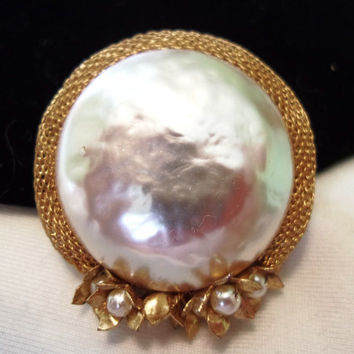 MIRIAM HASKELL Vintage 1950s Large Baroque Pearl Flower accent Mesh Gold Plate Brooch Pin