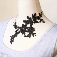 statement necklace // black/white lace necklace/ floral flowers bib / elegant vintage wedding accessory // jewelry gift